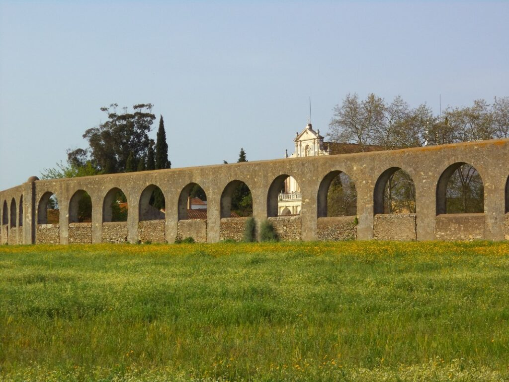 Aqueduto da Água de Prata (the Evora aqueduct).